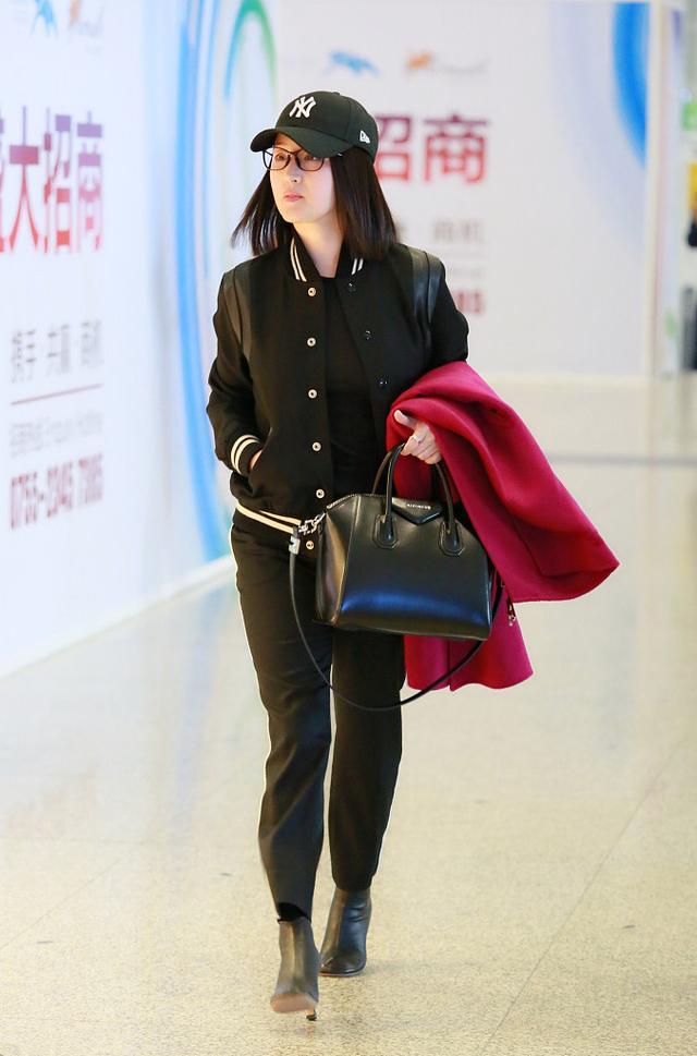 杨钰莹穿棒球服搭配小黑裤现身机场,都47岁了衣品还在逆生长