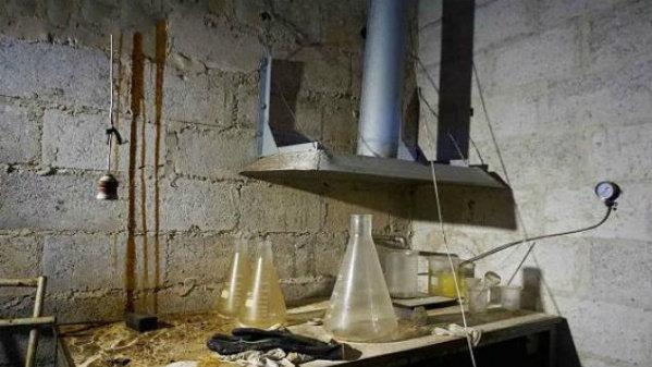 叙反对派终于露马脚了!大批叙军突袭兵工厂,发现不明化学试剂