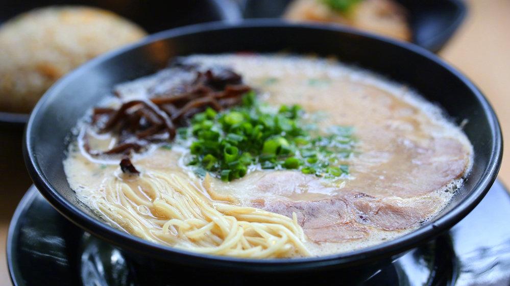 24小时熬出豚骨汤底,做出有匠心味道的博多拉面